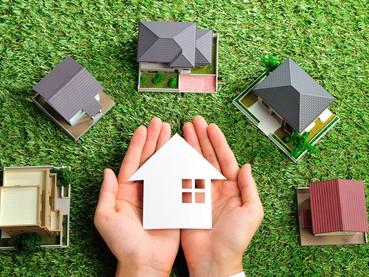 芝生上にたくさんの家